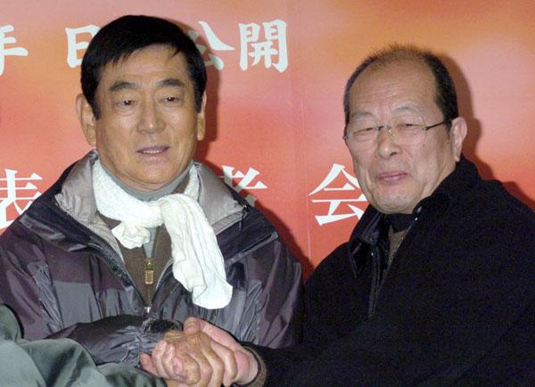 高倉健さん(左)と降旗康夫監督(C)共同通信社