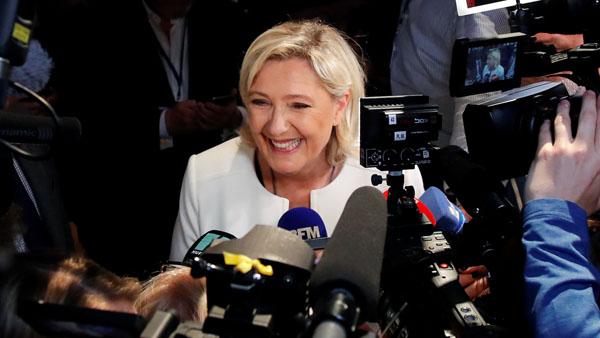 仏パリでメディアに応じる国民連合のマリーヌ・ルペン党首(C)ロイター