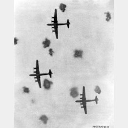 米軍はB29で日本を爆撃(C)共同通信社