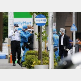 児童たちが襲われた現場を調べる神奈川県警の捜査員ら(C)日刊ゲンダイ