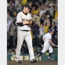 延長十二回にサヨナラ満塁本塁打を浴び、うつむきながら引きあげる池田(C)共同通信社