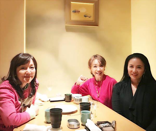 堀越高校時代からの仲良し(左から、歌手の岩崎宏美さん、本人、女優の池上季実子さん)/(提供写真)