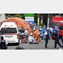 事件現場で救助活動を行う消防隊員(C)共同通信社