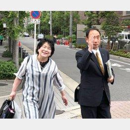 大阪地裁に入廷時、報道陣に手を上げて挨拶(撮影・相澤冬樹)