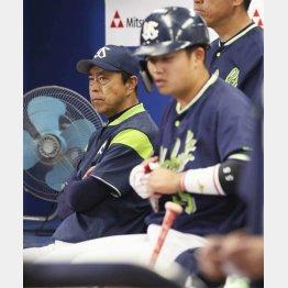 厳しい表情を浮かべる小川監督(C)共同通信社