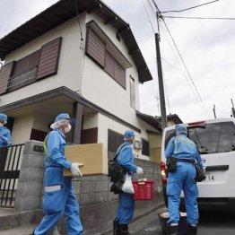 岩崎容疑者の自宅から段ボール箱などを運び出す神奈川県警の捜査員