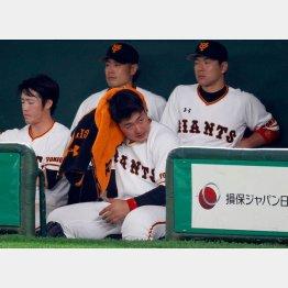 ベンチで冴えない表情を見せる岡本(C)日刊ゲンダイ