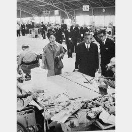 1966年10月22日、「太陽の家」を視察した昭和天皇、香淳皇后(右は中村)/(写真提供「太陽の家」)