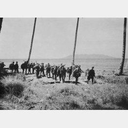 ガダルカナル島の海浜を進軍する日本陸軍(C)共同通信社