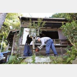 空き家対策特措法に基づいて取り壊される木造住宅(C)共同通信社