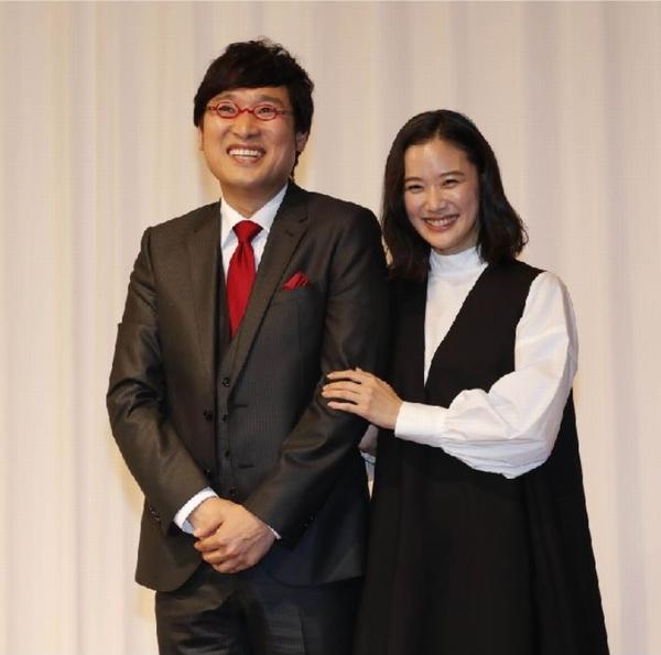 会見で笑顔の2人(C)日刊ゲンダイ