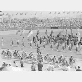 第1回フェスピックの開会式で入場行進する選手団(C)共同通信社