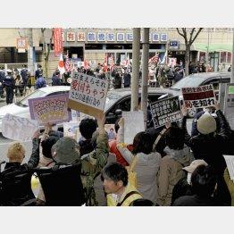 街宣活動する「在日特権を許さない市民の会」(奥)に抗議する地域住民(C)共同通信社