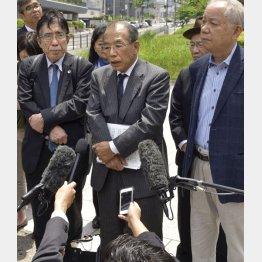 報道陣の取材に応じる醍醐聡東大名誉教授(央)/(C)共同通信社