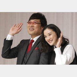 山里亮太(左)と蒼井優の結婚報告会見(C)日刊ゲンダイ
