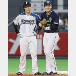 一塁上で「同期」清宮(左)と笑顔の村上(C)共同通信社