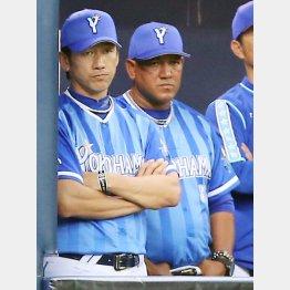 厳しい表情の三浦コーチ(左)とラミレス監督/(C)日刊ゲンダイ