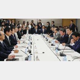 竹中は安倍正面、テーブル中央に座る(5日の未来投資会議)/(C)共同通信社