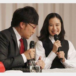 蒼井優(右)と山里亮太(C)日刊ゲンダイ