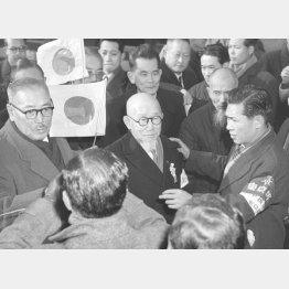 後宮淳(中央)は1973年まで生きた。写真は56年にソ連から復員したときのもの(C)共同通信社