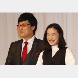 山里亮太と蒼井優の結婚報告会見(C)日刊ゲンダイ