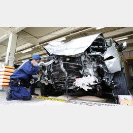 車体はペチャンコ(4日、福岡で起きた多重事故)/(C)共同通信社