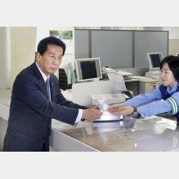 俳優の杉良太郎さんは多発する高齢者事故を受け、ゴールド免許を自主返納。同世代の運転者に問題を訴えた(C)共同通信社