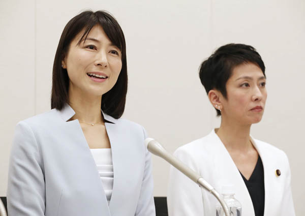 立憲民主党から参院選に出馬予定の塩村文夏(左)と蓮舫参院幹事長(C)日刊ゲンダイ