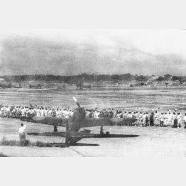 フィリピンのマバラカット飛行場を飛び立つ神風特別攻撃隊と見送る人々(1944年10月)/(C)共同通信社