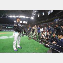 プロ初の札幌ドーム練習後な取材に応じた吉田輝星(C)日刊ゲンダイ