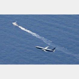 墜落した海域付近を捜索する海上保安庁の船舶(奥)と米軍機(C)共同通信社