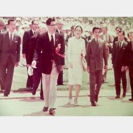 1975年の第1回フェスピックで上皇ご夫妻を案内する中村裕/(提供・「太陽の家」)
