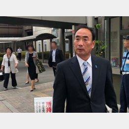 大阪地裁を出る籠池氏と夫人(左後ろ)/(撮影・相澤冬樹)