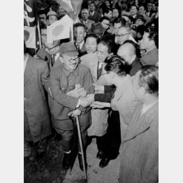 1955年4月、富永恭次はソ連から帰国した(C)共同通信社