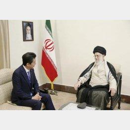 ハメネイ師(右)と会談する安倍首相(イラン最高指導者事務所提供・共同)