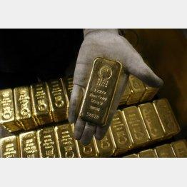 価格上昇時はまとまった金額で投資が有利(写真は1キロの金塊)/(C)ロイター=共同