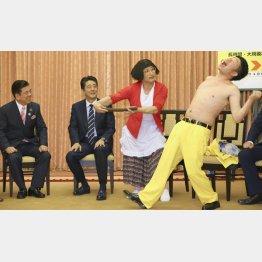 安倍首相を訪問しネタを披露する吉本新喜劇の池乃めだから。左端は西川きよし/(代表撮影)