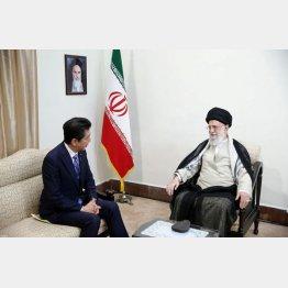 イラン最高指導者ハメネイ師(右)と初会談する安倍首相の尻の下にあるペーパーは…?(C)ロイター/イラン最高指導者公式ウェブサイト