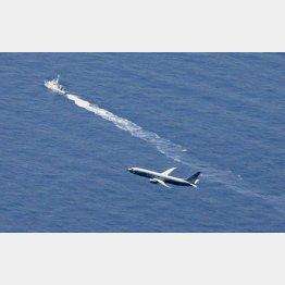 最新鋭ステルス戦闘機F35Aが墜落した海域付近を捜索する海上保安庁の船舶(奥)と米軍機/(C)共同通信社
