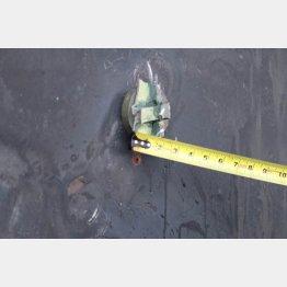 米国防総省が新たに発表した証拠写真の1枚。船体の緑色の不発弾を回収(C)ロイター