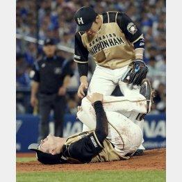 DeNA・ソトの打球を左膝に受け、倒れ込む日本ハム・上沢(C)共同通信社