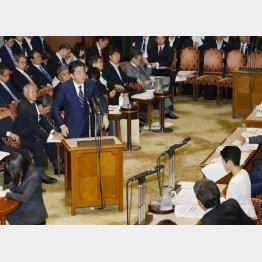 参院決算委員会で野党から厳しい追求を受ける安倍首相(C)共同通信社