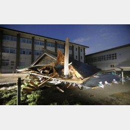 山形・鶴岡市の小学校で倒壊した建物(C)共同通信社