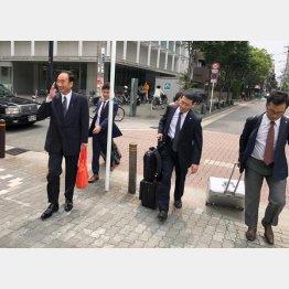 裁判所に入る籠池氏と弁護団(右が水谷弁護士)(提供写真)