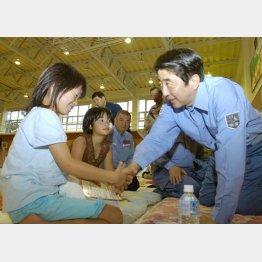 2007年中越沖地震 柏崎市の避難所で避難所で女の子を励ます安倍首相(C)共同通信社