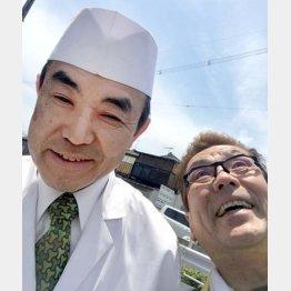 「草喰なかひがし」の店主・中東久雄さん(左)と/(提供写真)