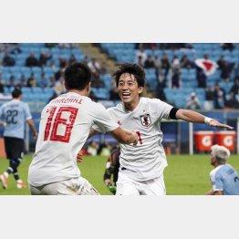 2点目のゴールを決め、岡崎(左)と喜ぶMF三好/(C)ゲッティ=共同