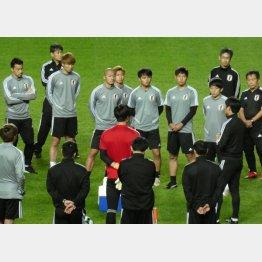 森保監督の指示に耳を傾ける選手たち(写真)元川悦子
