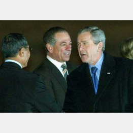 バレンタイン(中央)はブッシュ大統領(右)に献金(C)共同通信社