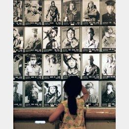 特攻平和会館(鹿児島県知覧町)に掲げられた特攻隊員の遺影/(C)共同通信社